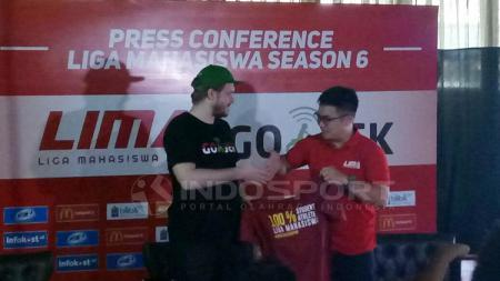 Piotr Jakubowski (Chief Marketing Officer Gojek-kiri), Ryan Ghozali (CEO Liga Mahasiwa-kanan). - INDOSPORT