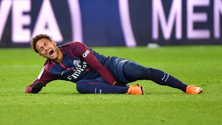 Neymar tampak kesakitan. Copyright: INDOSPORT