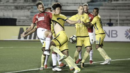 Ilija Spasojevic dikawal ketat pemain Global Cebu. - INDOSPORT