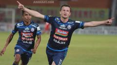 Indosport - Balsa Bozovic melakukan selebrasi usai cetak gol