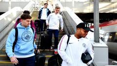 Indosport - Para pemain City turun dari pesawat dalam sebuat lawatan pertandingan
