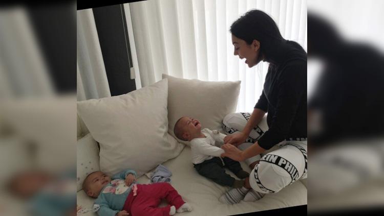 Georgina Rodriguez saat mengajak main anak kecilnya. Copyright: Instagram@GeorginaRodriguez