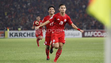 Rezaldi Hehanusa berlari untuk merayakan golnya pada menit ke-41. Herry Ibrahim