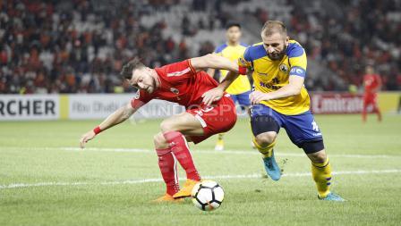 Marko Simic tampak kewalahan menghadapi pemain Tampines Rovers. Herry Ibrahim