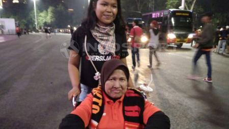 Nenek Rahma, salah satu pendukung Persija Jakarta yang berusia 73 tahun. - INDOSPORT