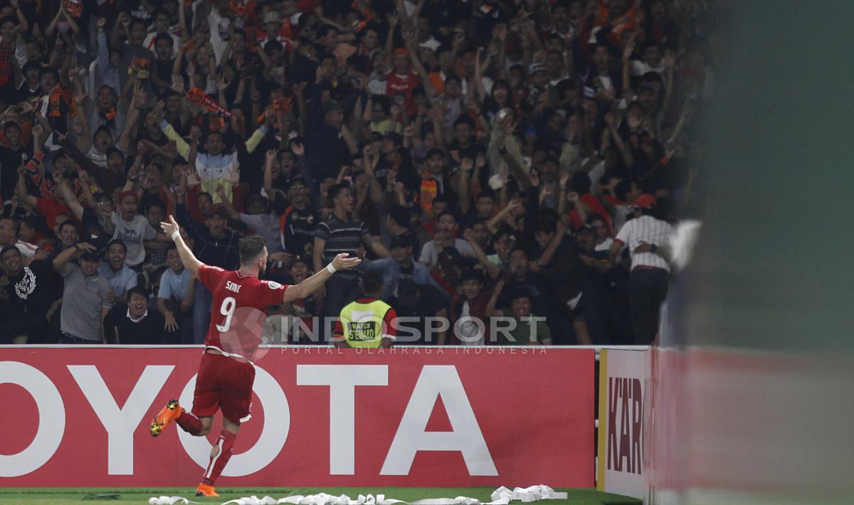 Selebrasi Marko Simic usai membobol gawang Tampines Rovers. Copyright: Herry Ibrahim/INDOSPORT