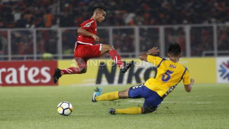 Salah satu pemain Tampines Rovers berusaha menghentikan pemain Persija Jakarta.