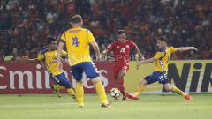 Indosport - Riko Simanjuntak mendapat pengawalan ketat dari pemain Tampines Rovers.