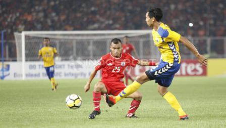 Salah satu pemain Tampines Rovers berusaha melewati hadangan pemain Persija Jakarta.