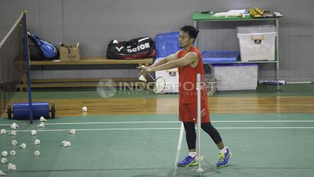 Pemain ganda putra, Mohammad Ahsan sedang berlatih servis.