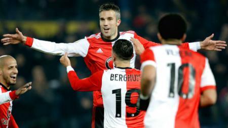 Robin van Persie merayakan golnya bersama rekan-rekannya di Feyenoord - INDOSPORT