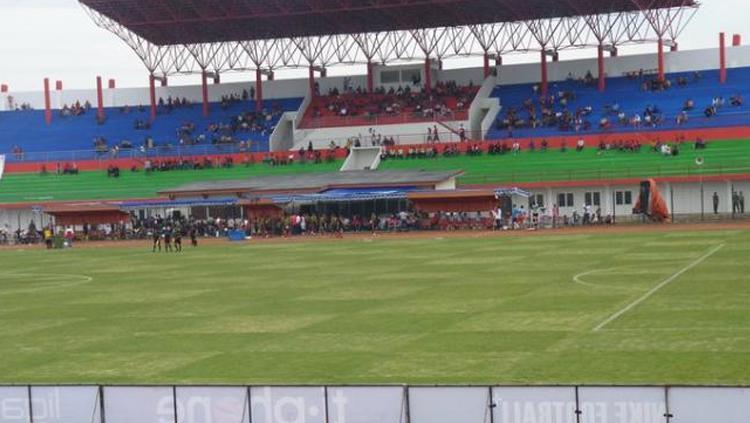 Salahsatu sudut di pinggir lapangan Stadion Sultan Agung, Blitar. Copyright: tribunnews
