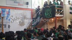 Indosport - Bonek gelar nontong bareng untuk mendukung Persebaya di semifinal Piala Gubernur Kaltim.