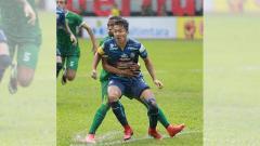 Indosport - Dendi Santoso ditempel pemain persebaya