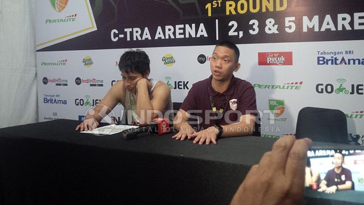 Pelatih dan pemain Garuda Bandung usai laga play-off IBL. Copyright: Arif Rahman/INDOSPORT