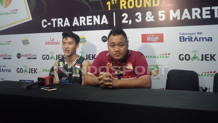 Pelatih dan pemain Hangtuah usai laga play-off IBL. Copyright: Arif Rahman/INDOSPORT