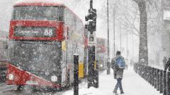 Indosport - Badai salju melanda Inggris.