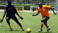 Indosport - Presiden Burundi, Pierre Nkurunziza saat bermain sepakbola.