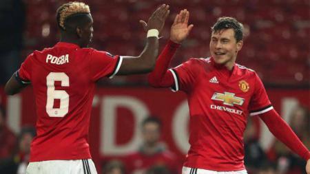 Dua pemain Manchester United, Paul Pogba dan Victor Lindelof (kanan). - INDOSPORT