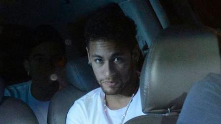 Ekspresi Neymar pasca sukses menjalani operasi metatarsal. - INDOSPORT