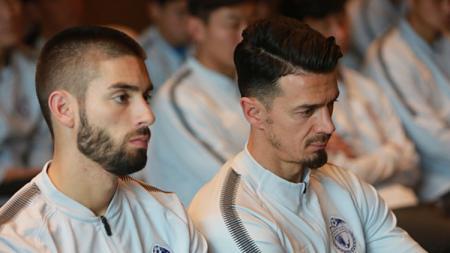 Jose Fonte (kanan) and Yannick Carrasco (kiri) saat perkenalan mereka sebagai pemain baru Dalian Yifang. - INDOSPORT
