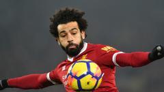 Indosport - Mohamed Salah ketika ingin menenddang bola.