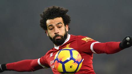 Mohamed Salah ketika ingin menenddang bola. - INDOSPORT