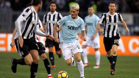 Luis Alberto mencoba melewati para pemain Juventus. - INDOSPORT