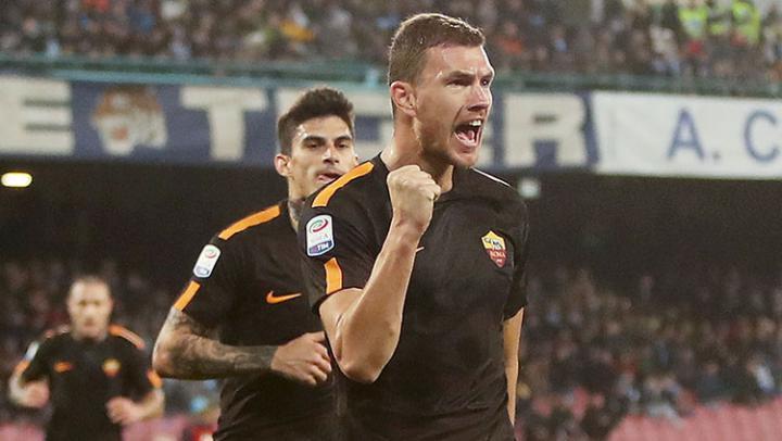 Edin Dzeko melakukan selebrasi usai mencetak gol ke gawang Napoli. Copyright: INDOSPORT