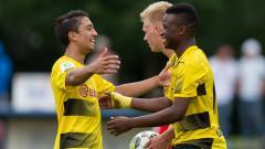 Indosport - Pada awal 2018, publik sepak bola Jerman dihebohkan dengan kemunculan bocah ajaib 13 tahun Youssoufa Moukoko (kanan). Apa kabar dirinya sekarang?