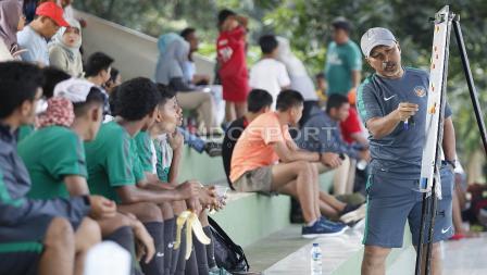 Pelatih, Fakhri Husaini (kanan) memberikan arahan kepada para anak asuhnya sebelum babak ke-2 uji coba antara Timnas U-16 melawan Academy Babek.