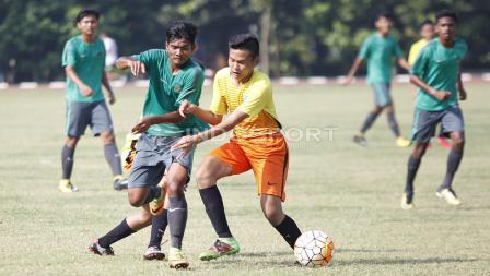 Pemain Academy Babek mencoba menghalau pergerakan dari pemain Timnas U-16.
