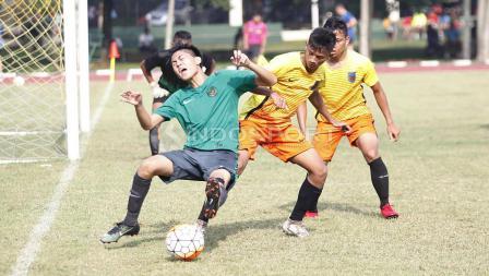 Striker Timnas U-16, Rendy Juliansyah (kiri) dilanggar oleh pemain Academy Babek.