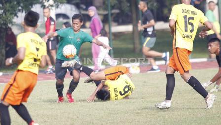 Striker Timnas U-16, Bagus Kahfi (kedua dari kiri) berhasil melewati hadangan pemain Academy Babek.