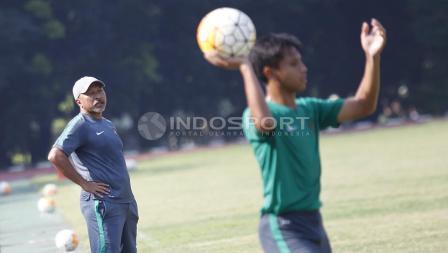 Pelatih Timnas U-16, Fakhri Husaini terus memberikan instruksi kepada pemainnya dari pinggir lapangan.