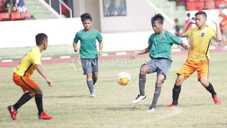 Pemain Timnas U-16 dijaga ketat pemain Academy Babek.