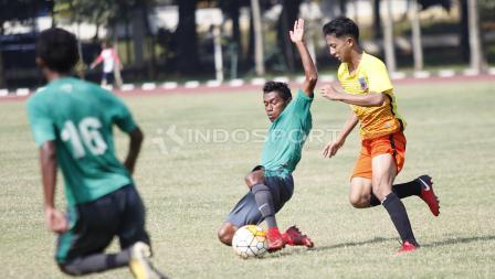 Pemain Timnas U-16, Hamsah Lestaluhu (tengah) mencoba menghalau pergerakan pemain Academy Babek.