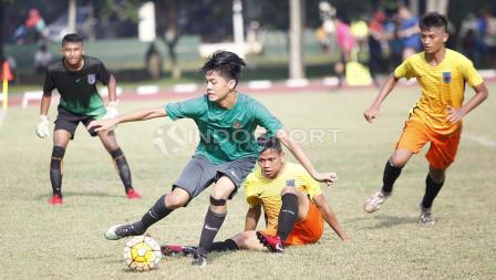 Aksi Rendy Juliansyah di daerah pertahanan para pemain Academy Babek.