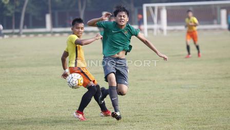Striker Timnas U-16, Rendy Juliansyah dilanggar pergerakannya oleh pemain Academy Babek.