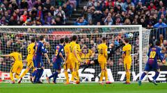 Indosport - Tendangan bebas Lionel Messi yang masuk ke gawang Athletico Madrid