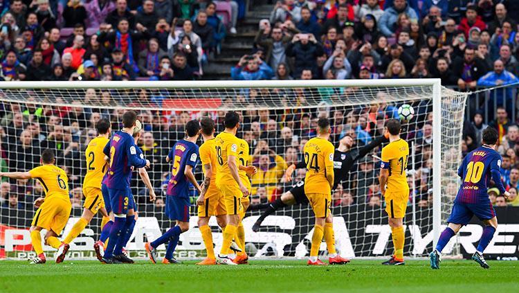 Tendangan bebas Lionel Messi yang masuk ke gawang Athletico Madrid Copyright: INDOSPORT