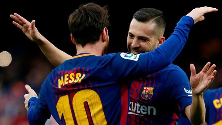 Lionel Messi bersama Jordi Alba usai mencetak gol kegawang Athletico Madrid. Copyright: INDOSPORT