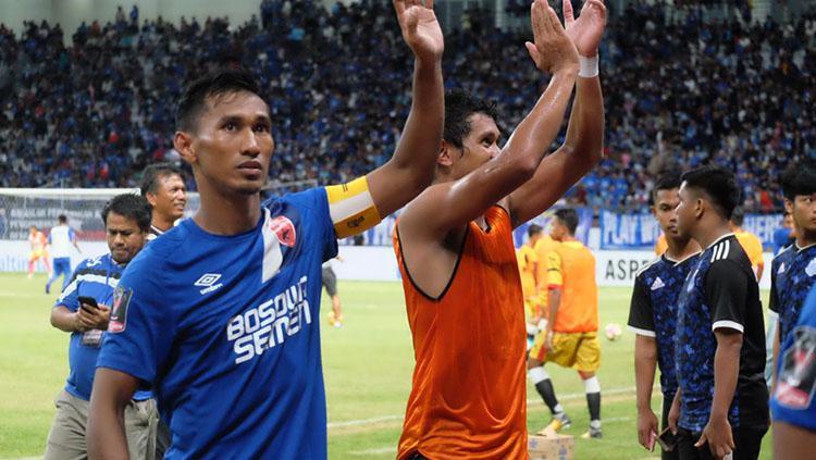 Zulfiki Sukur (kiri) memberikan penghormatan kepada penonton di Stadion Batakan/ Copyright: Reno Firhad Rinaldi/INDOSPORT