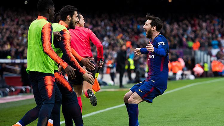 Lionel Messi melakukan selebrasi bersama rekan setimnya usai berhasi cetak gol ke gawang Atletico Madrid. Copyright: INDOSPORT