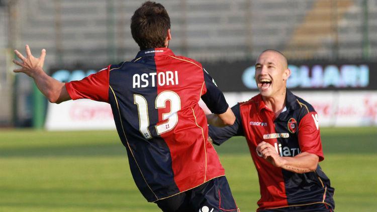 Astori dan Nainggolan saat keduanya masih di Cagliari Copyright: Getty Images