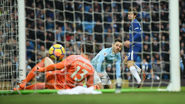 Tendangan Bernado Silva mampu menembus gawang Chelsea. Copyright: INDOSPORT