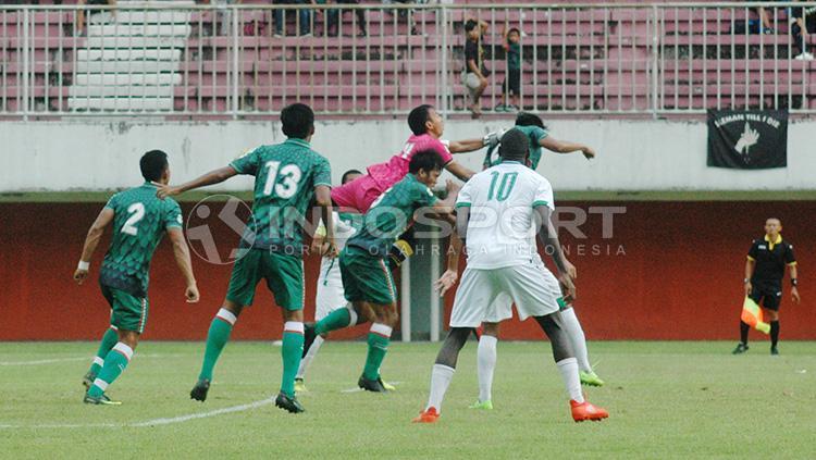 Duel para pemain PSS Sleman saat melawan PSMS Medan. Copyright: Prima/INDOSPORT