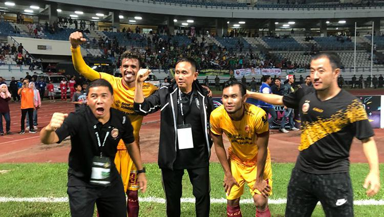 Keceriaan para pemain dan official Sriwijaya FC setelah menjuarai Piala gubernur Kaltim 2018. Copyright: Muhammad Effendi./INDOSPORT