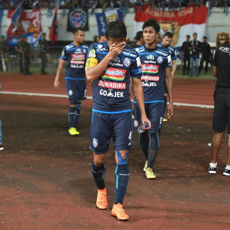 Para pemain Arema FC tertunduk lesu karena gagal juara di PGK. Copyright: Instagram/@aremafcofficial