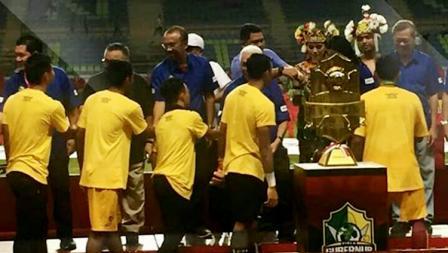 Penyerahan Piala Gubernur Kaltim 2018 kepada Sriwijaya FC.